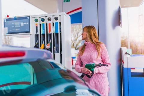 Mujer en una gasolinera.