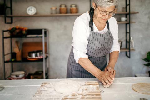 Una mujer haciendo una receta.