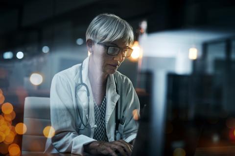 Mujer médica trabaja de noche.