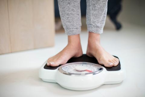 Una mujer se pesa.