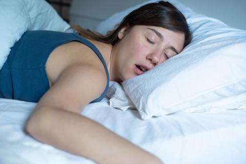 Mujer ronca, roncar