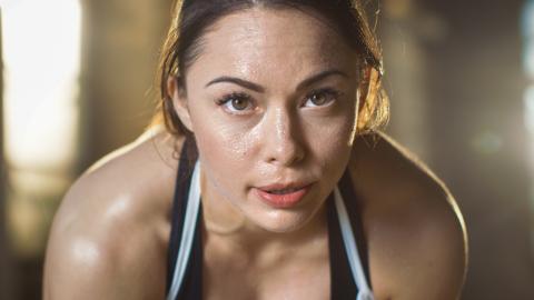 Mujer suda haciendo ejercicio.