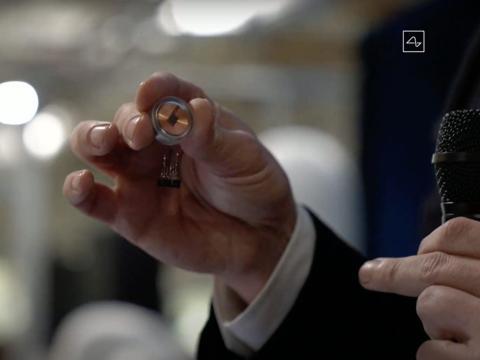 El chip cerebral de Inteligencia Artificial de Neuralink, del tamaño de una moneda.