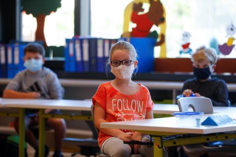 Niños colegio con mascarilla
