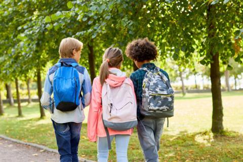 Niños con mochilas.