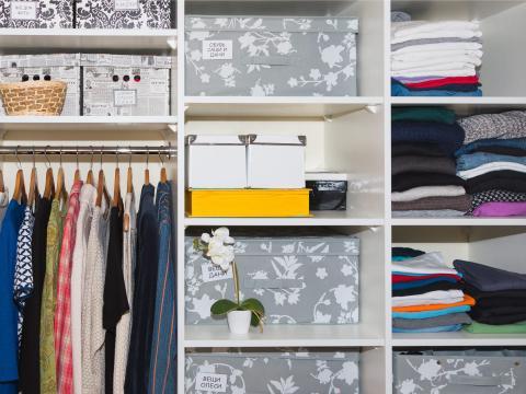Las cajas decorativas pueden ayudar a ocultar el desorden.
