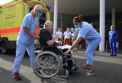 Un paciente italiano se despide del hospital en el que ha estado ingresado seis semanas por coronavirus