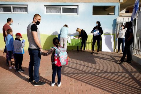 Padres esperan para dejar a sus hijos en el colegio en Israel