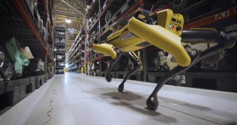 Perro robot en una fábrica