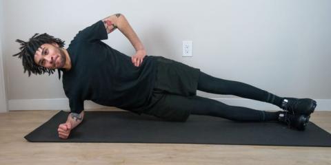 Al hacer una plancha lateral, puedes poner el brazo en la cadera o extenderlo hacia arriba.