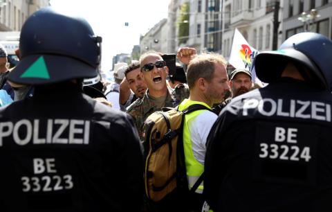 La policía de Berlín disuelve la manifestación contra las restricciones de COVID-19 del Gobierno alemán.