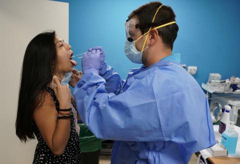 Una prueba PCR del coronavirus en un hospital de Madrid
