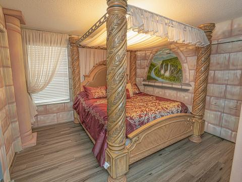 La habitación parece estar en un castillo.