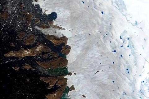 Una imagen satelital muestra un estanque de agua de fusión en la superficie de la capa de hielo en el noroeste de Groenlandia, cerca del borde de la capa.