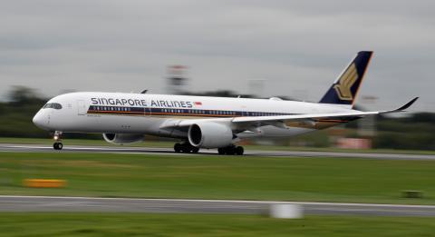 Un avión de Singapore Airlines despega en Mánchester, Reino Unido.