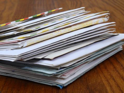 El correo puede acumularse rápidamente y crear desorden innecesario.