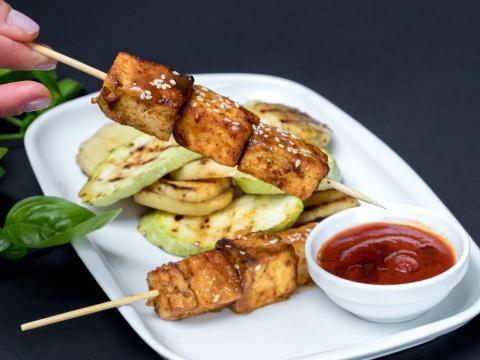 El tofu se puede marinar con salsa de soja o ajo.