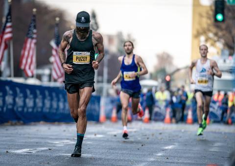 Tommy Rivers Puzey corriendo en el Maratón Internacional de California 2019 el 8 de diciembre en Sacramento, California.