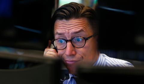 Un trader de la bolsa de Frankfurt reacciona a las caídas de los mercados