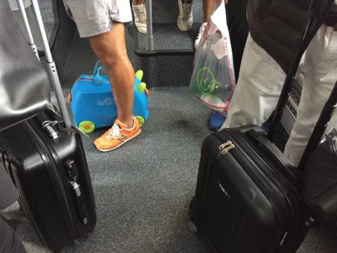 Era imposible mantener la distancia dentro del autobús que acerca a los pasajeros del avión a la terminal.
