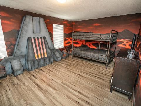 Las paredes están cubiertas de decoración de lava.
