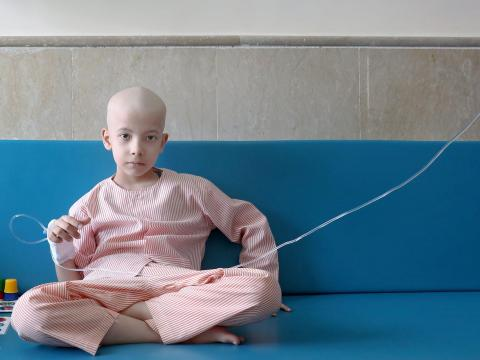 Taha Shakouri, un niño de 8 años que sufre de cáncer de hígado, se sienta en su habitación en el Mahak Children's Hospital en Teherán, Irán, el 19 de junio de 2019.