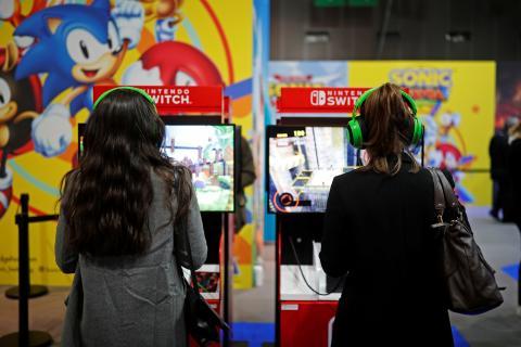 2 mujeres jugando a Nintendo