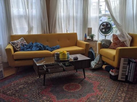 Aella filma la mayoría de sus OnlyFans en su sala de estar, que está llena de luz natural.