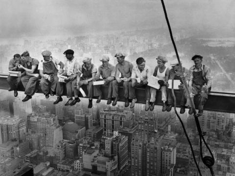 Almuerzo en un rascacielos, publicado en el New York Herald-Tribune, el 2 de octubre de 1932, Charles Clyde Ebbets, Tom Kelley o William Leftwich.