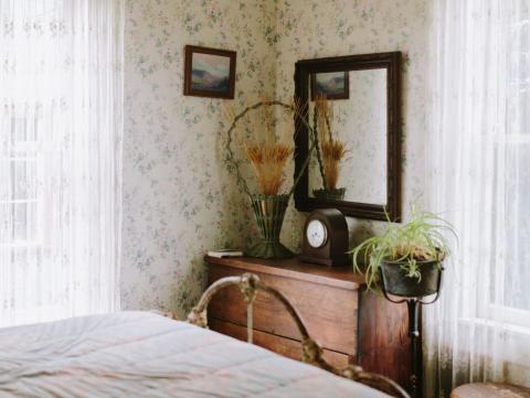 Un dormitorio dentro de la cabaña de 'Se ha escrito un crimen'.
