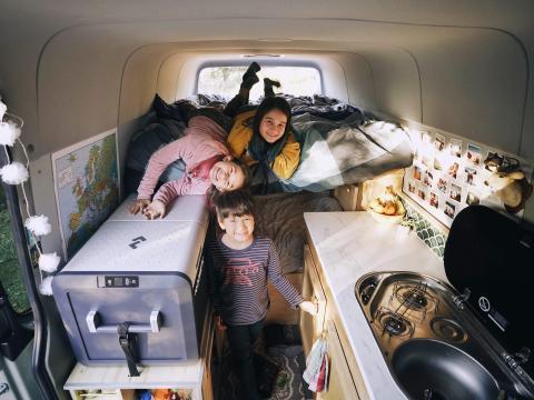 Los niños en la caravana.