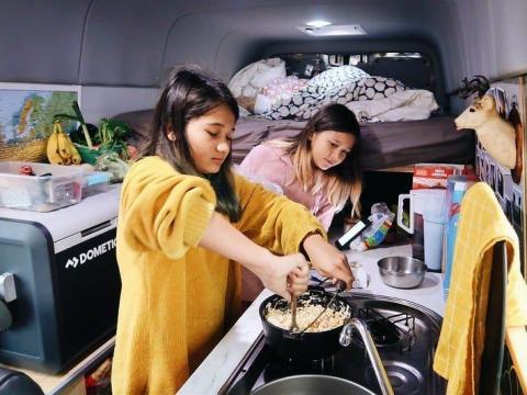 Los niños en la cocina.