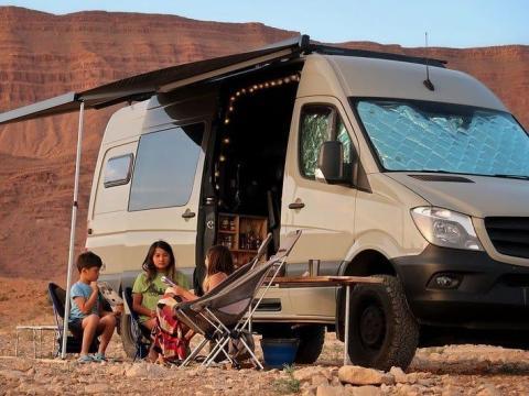 Los niños fuera de la caravana.