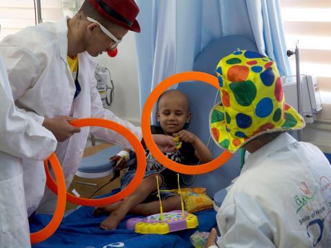 Payasos entretienen a niños enfermos en la sala de cáncer del Hospital Al-Rantisi en la ciudad de Gaza el domingo 2 de junio de 2019.