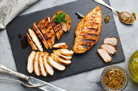 Comer pollo a la plancha.