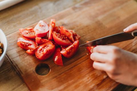 Cortar tomates.