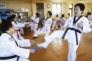 La mujer más longeva de Corea del Sur practicando taekwondo.