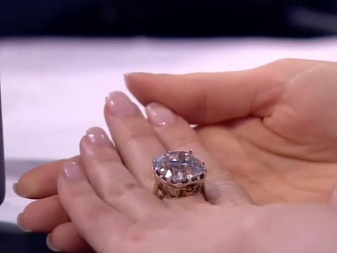 Se trata de un caro anillo de diamantes
