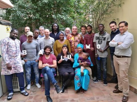 Equipo de la startup Baluwo, con Josep Arroyo en el centro, con una camisa africana.