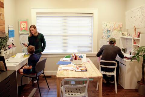 Familia trabajando y estudiando desde casa