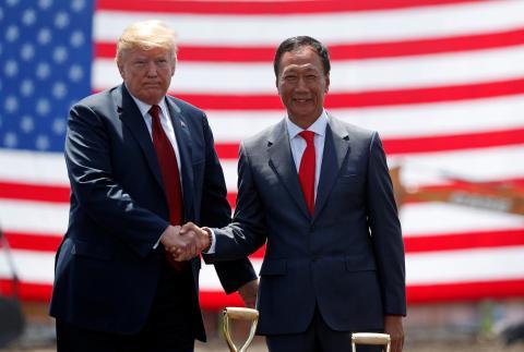 El presidente de EEUU, Donald Trump, y el presidente de Foxconn, Terry Gou, durante la inauguración de una de sus fábricas en Wisconsin (EEUU).