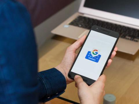 Gboard es el teclado virtual de Google que te permite buscar, traducir, usar emojis, hacer voz a texto y más.