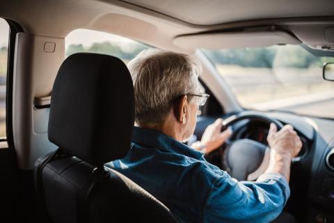 Un hombre conduciendo.