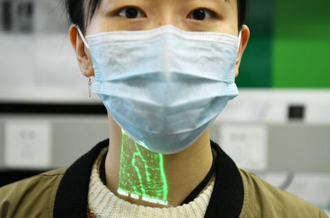 Un lector de imágenes vasculares infrarrojas muestra los vasos sanguíneos de la superficie de la piel, Shaanxi, China, el 6 de marzo de 2020.