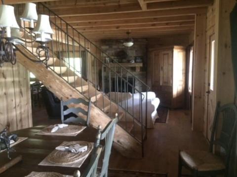 Interior de la cabaña.