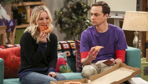 Kaley Cuoco como Penny, junto a Jim Parsons como Sheldon en 'The Big Bang Theory'.