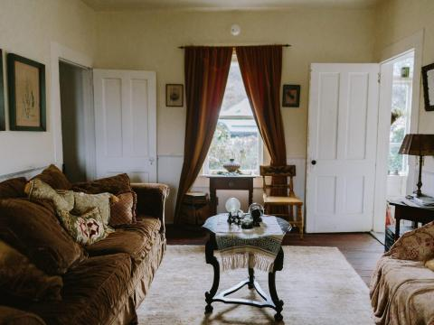 La sala de estar dentro de la cabaña de 'Se ha escrito un crimen'.