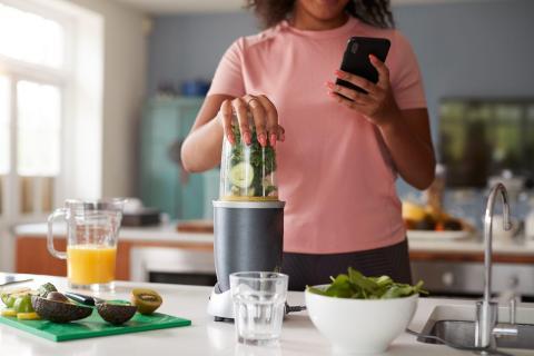 Anotar la comida que ingieres puede ser una buena manera de informarte sobre cuánto estás comiendo.