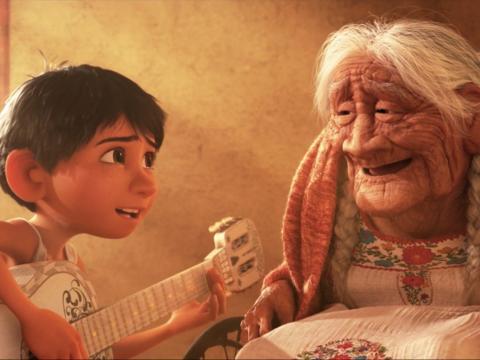 Miguel finalmente consigue que su bisabuela sonría al tocar una canción para ella.