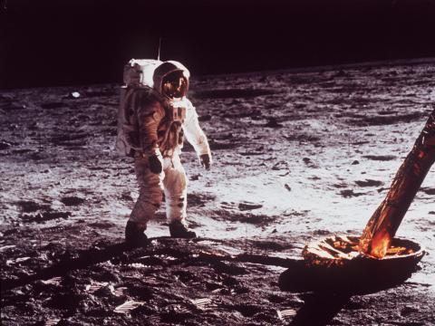 El hombre pisando la Luna